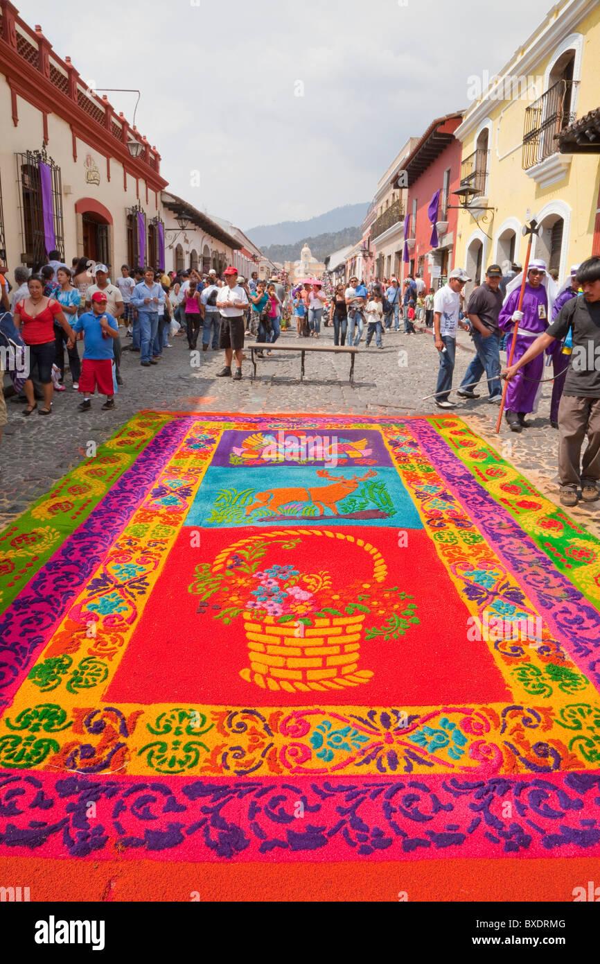 Antigua, Guatemala. Un alfombra (tappeti di segatura colorata decora la strada in anticipo rispetto al passaggio Immagini Stock
