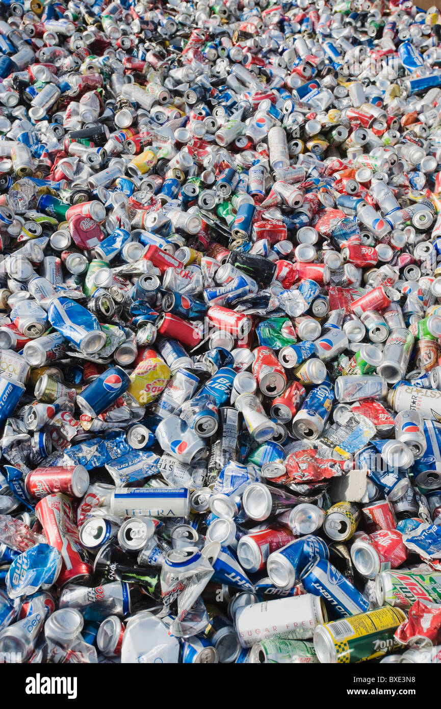 Pila di lattine in alluminio a impianto di riciclaggio Immagini Stock