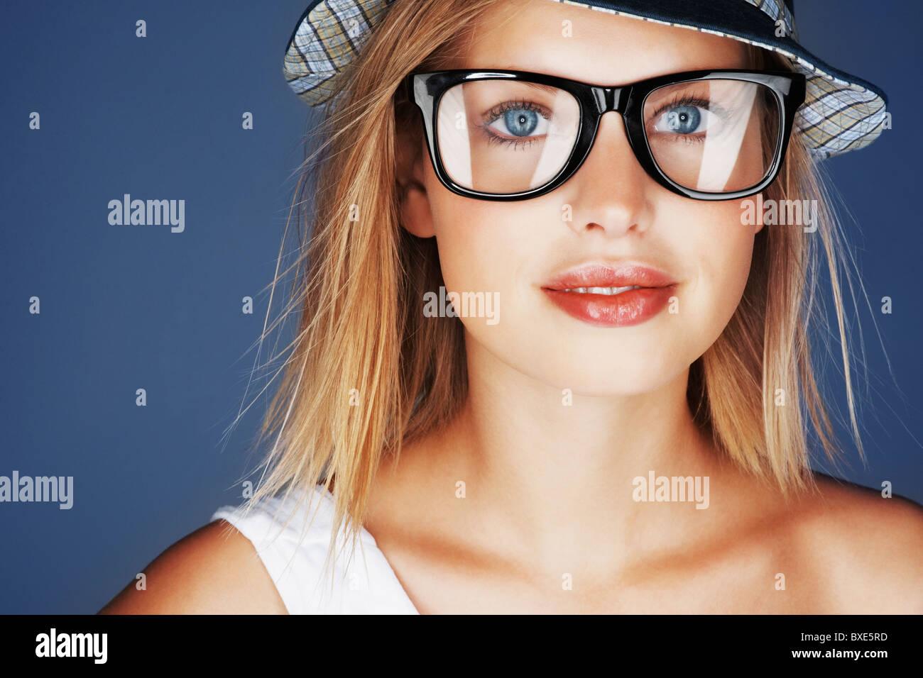 76a96004c9fb9e Bionda Da Stock Immagine Con Fotoamp; Cappello Donna Occhiali Sole E  kXiuOTPZ
