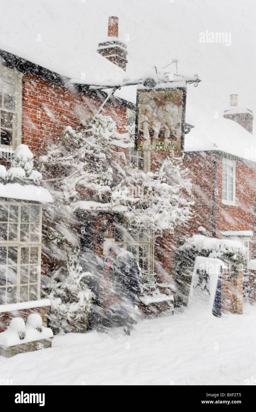 Inverno meteo, neve pesante e blizzard copre un villaggio locale pub rurale Foto Stock
