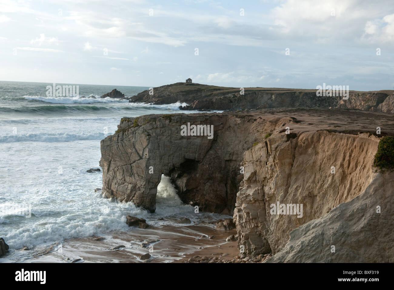 Cancello in rocce sotto il cielo velato, Cote Sauvage Quiberon, Bretagna, Francia, Europa Immagini Stock