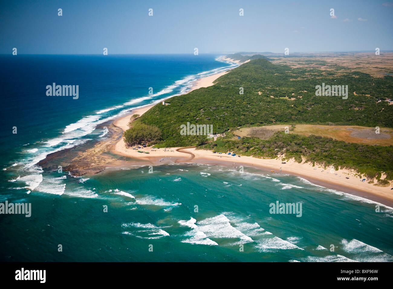 Vista aerea del iSimangaliso Wetland Park (precedentemente Greater St Lucia Wetland Park) che mostra la baia di Immagini Stock
