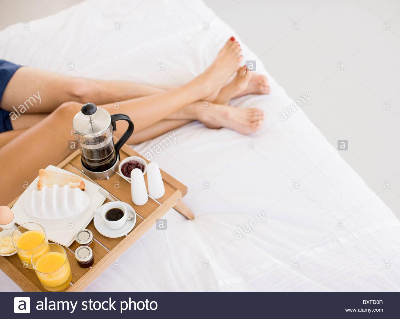Giovane avente la colazione a letto Immagini Stock