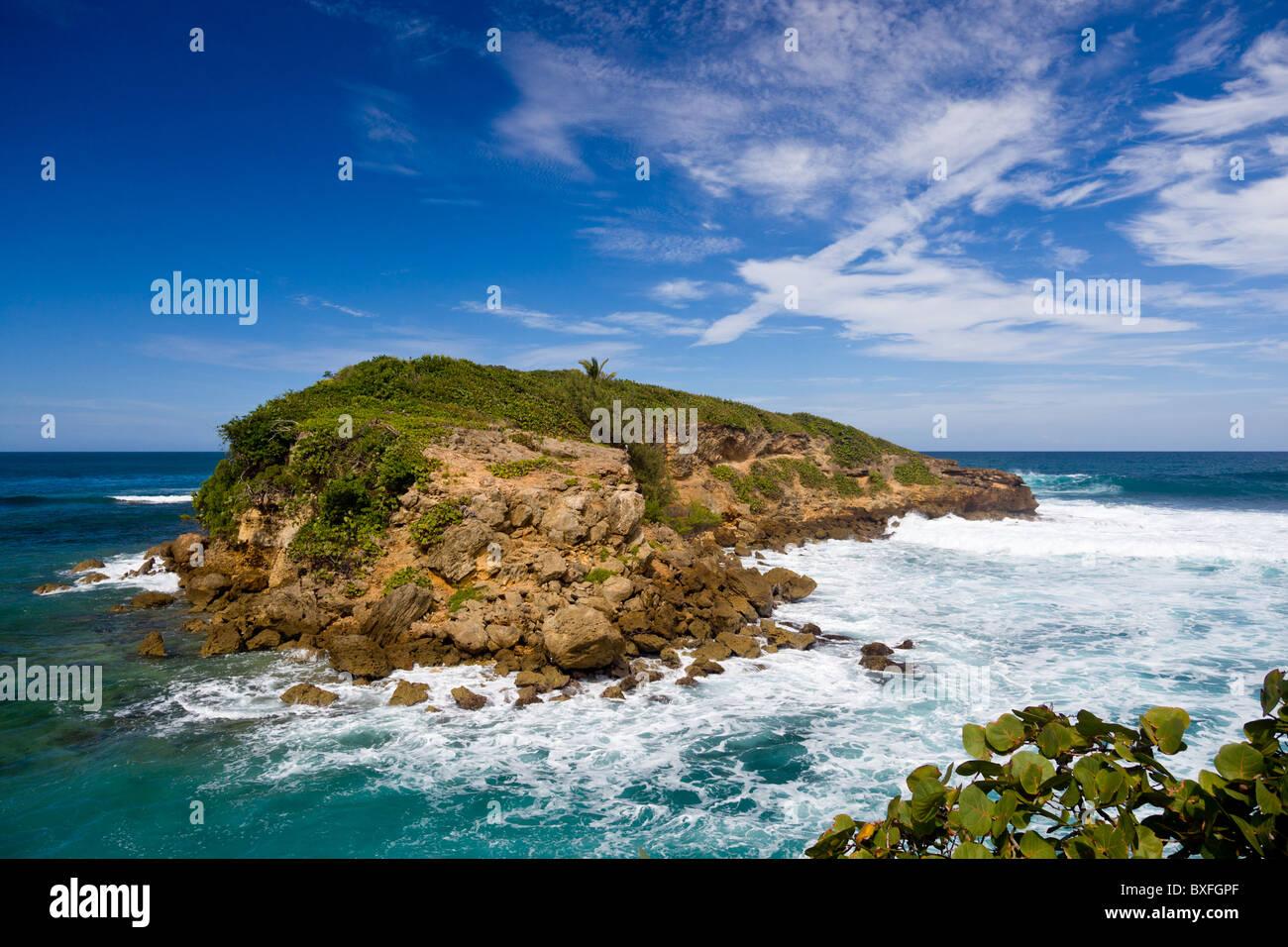 Isola rocciosa a navigare al largo della costa nord est de Puerto Rico Immagini Stock