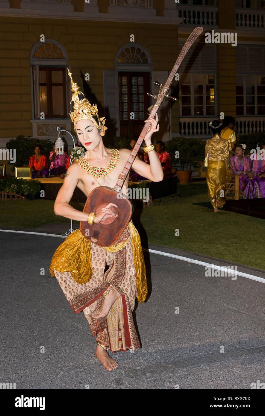 Giovane uomo tailandese in costume tradizionale in Thailandia turismo Autorità il Golden Jubilee grand accoglienza; Immagini Stock