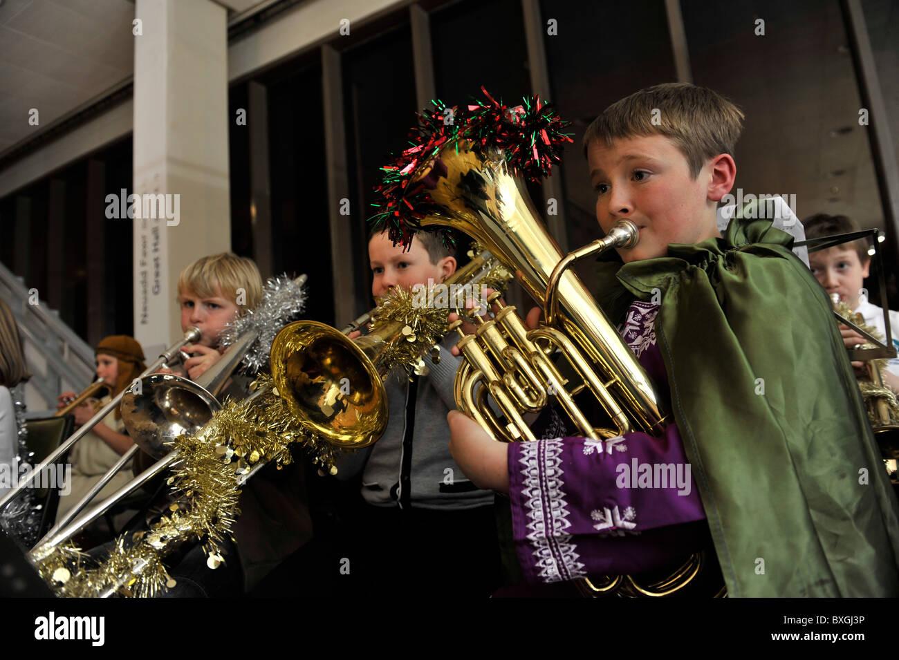 Bambini che giocano gli strumenti musicali in una scuola primaria natale natività play, REGNO UNITO Immagini Stock