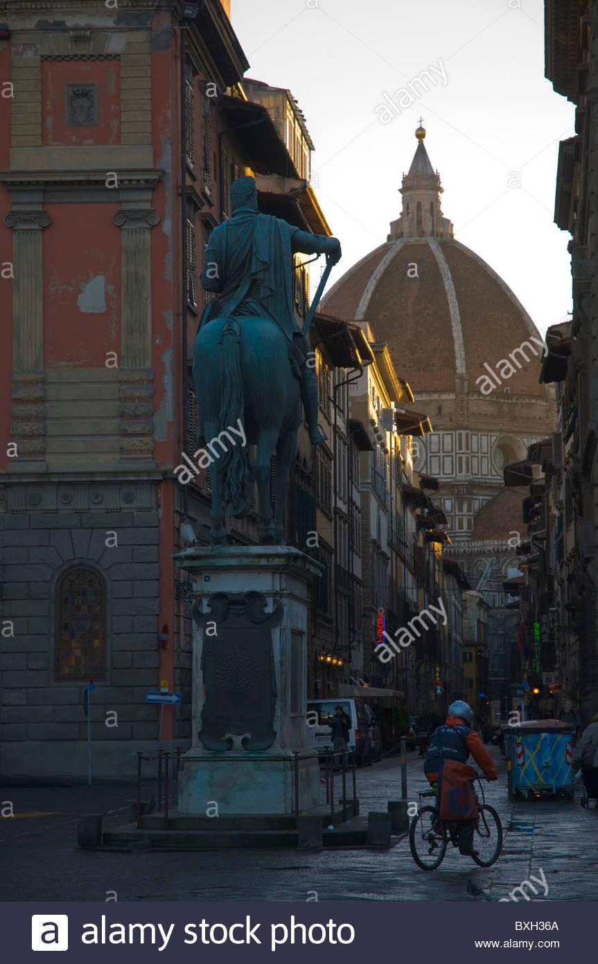 Piazza di Belle Arti square con la cupola del Duomo di Firenze di sfondo (Firenze Toscana Italia centrale Europa Immagini Stock