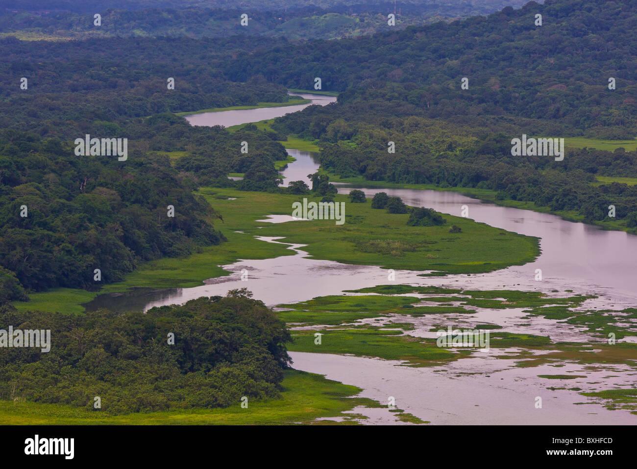 GAMBOA, PANAMA - il fiume e la foresta pluviale lungo la zona del Canale di Panama. Immagini Stock