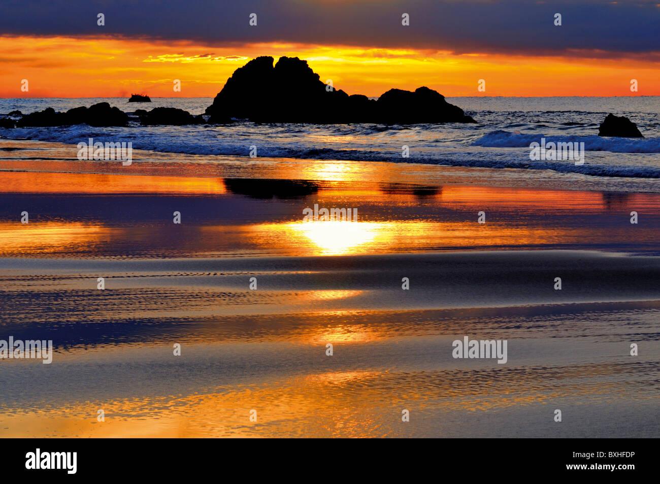 Il Portogallo, Algarve: il tramonto su una spiaggia del parco naturale Costa Vicentina Immagini Stock