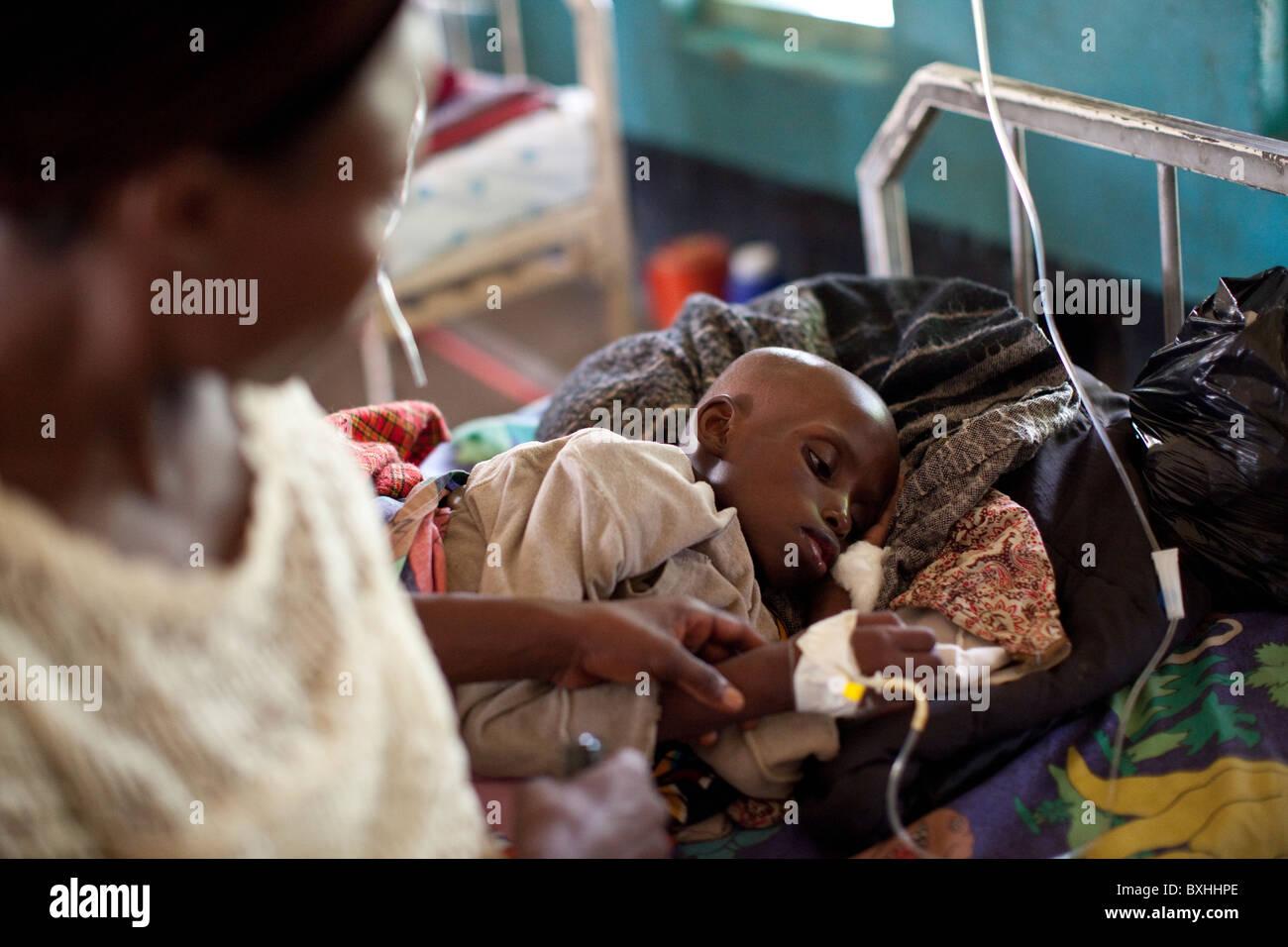 Un bambino muore di AIDS riceve un trattamento medico in un ospedale di Amuria, Uganda, Africa orientale. Immagini Stock