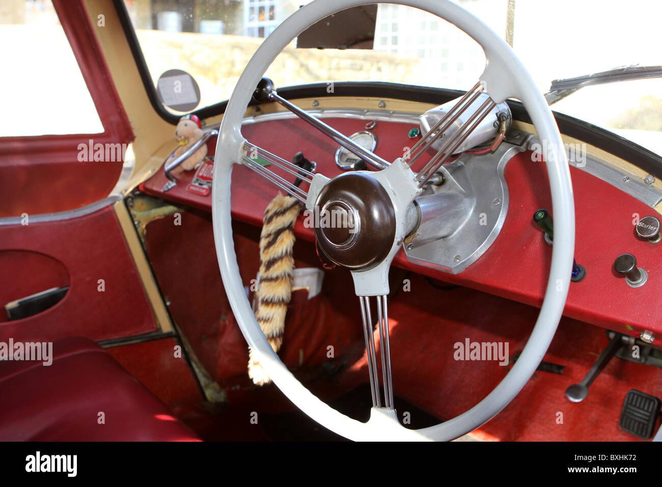 Ripristinato minore di Morris interni con cruscotto e volante Immagini Stock