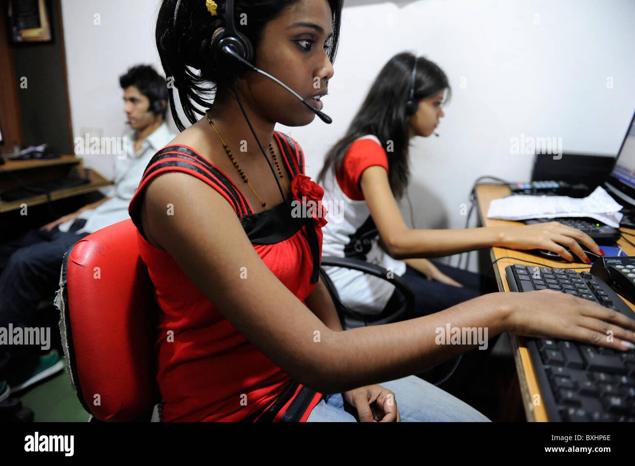 Asia del Sud India Kolkata Calcutta , giovani donne lavorano in call center chiamando US o UK cliente Immagini Stock
