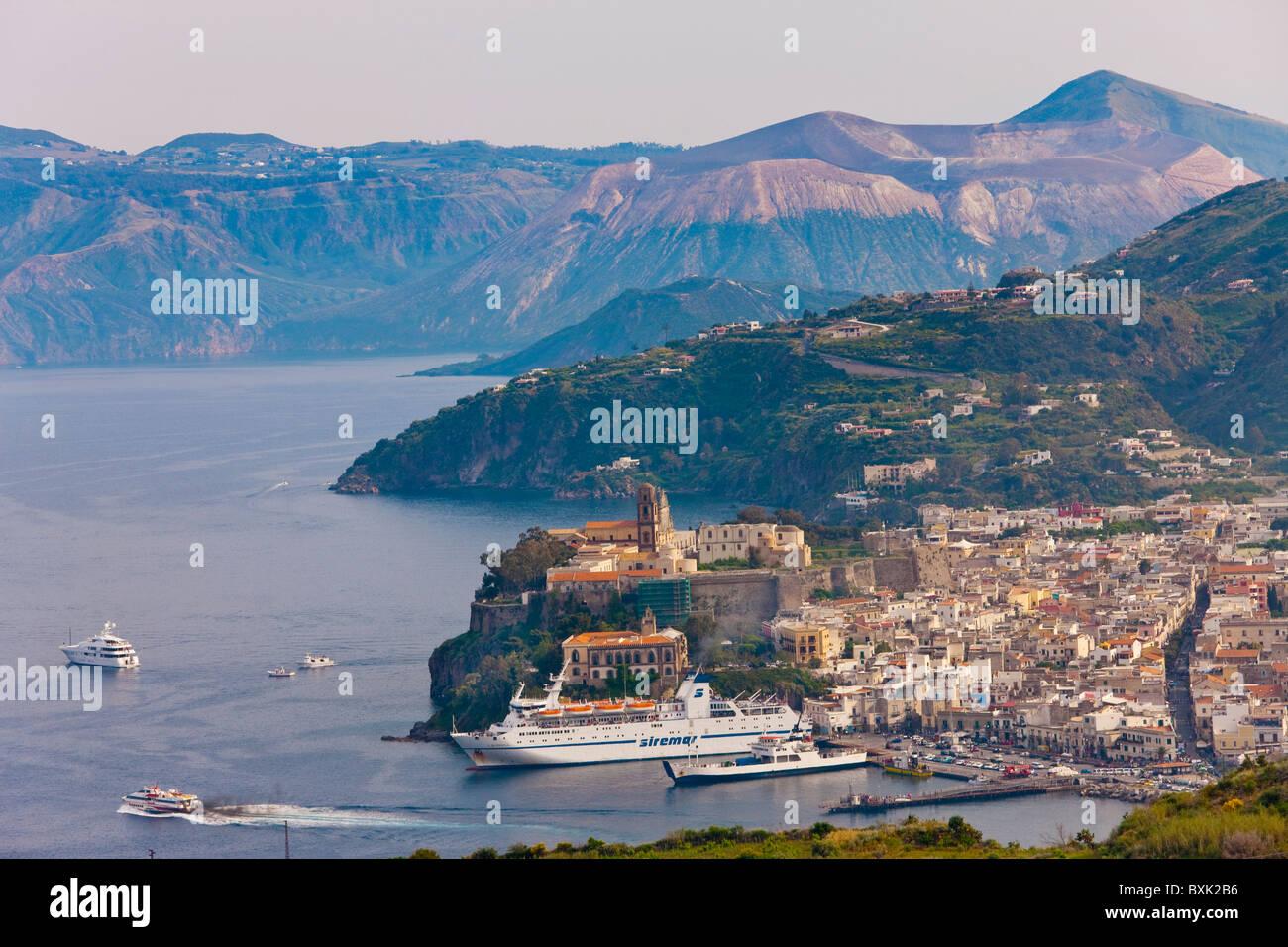 La città di Lipari, Isola di Lipari, Isole Eolie, Italia, Europa Immagini Stock