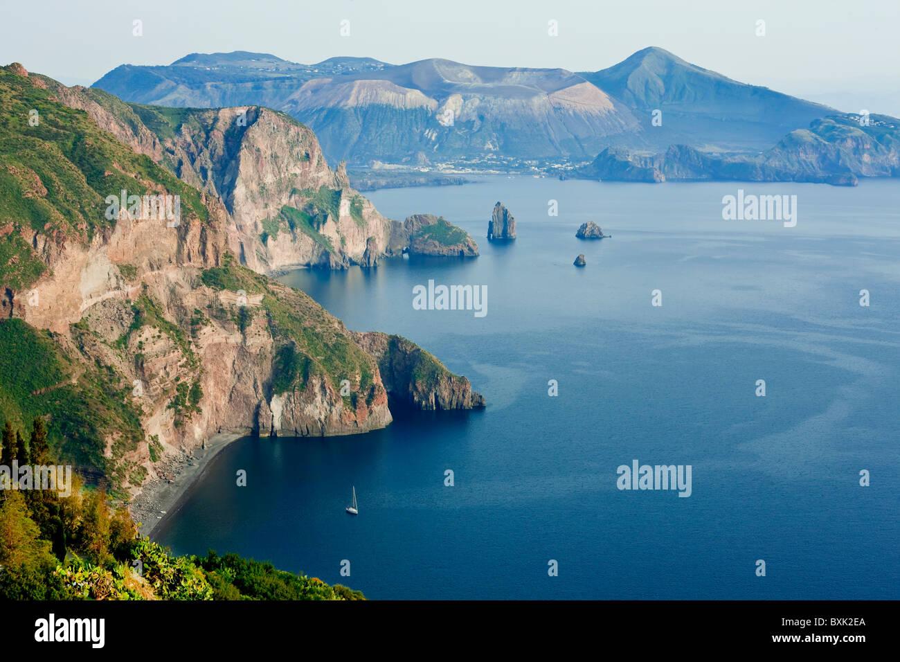 Vista dell'isola di Vulcano da Quattrocchi, isola di Lipari, Sicilia, Italia Immagini Stock