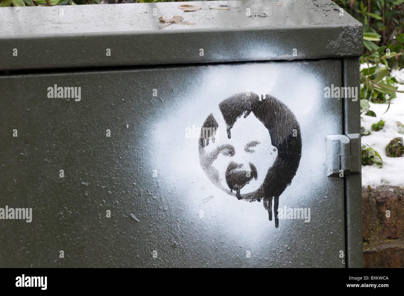 Graffiti impresse su una spruzzata sullo sfondo di una scatola di giunzione in South London street Immagini Stock