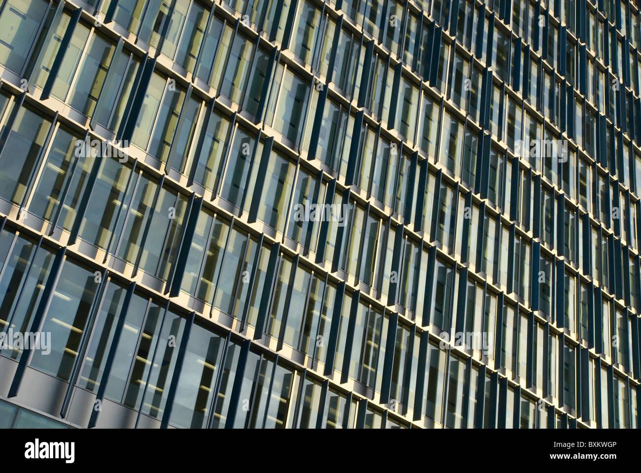 Configurazione astratta della nuova facciata di edificio London REGNO UNITO Immagini Stock