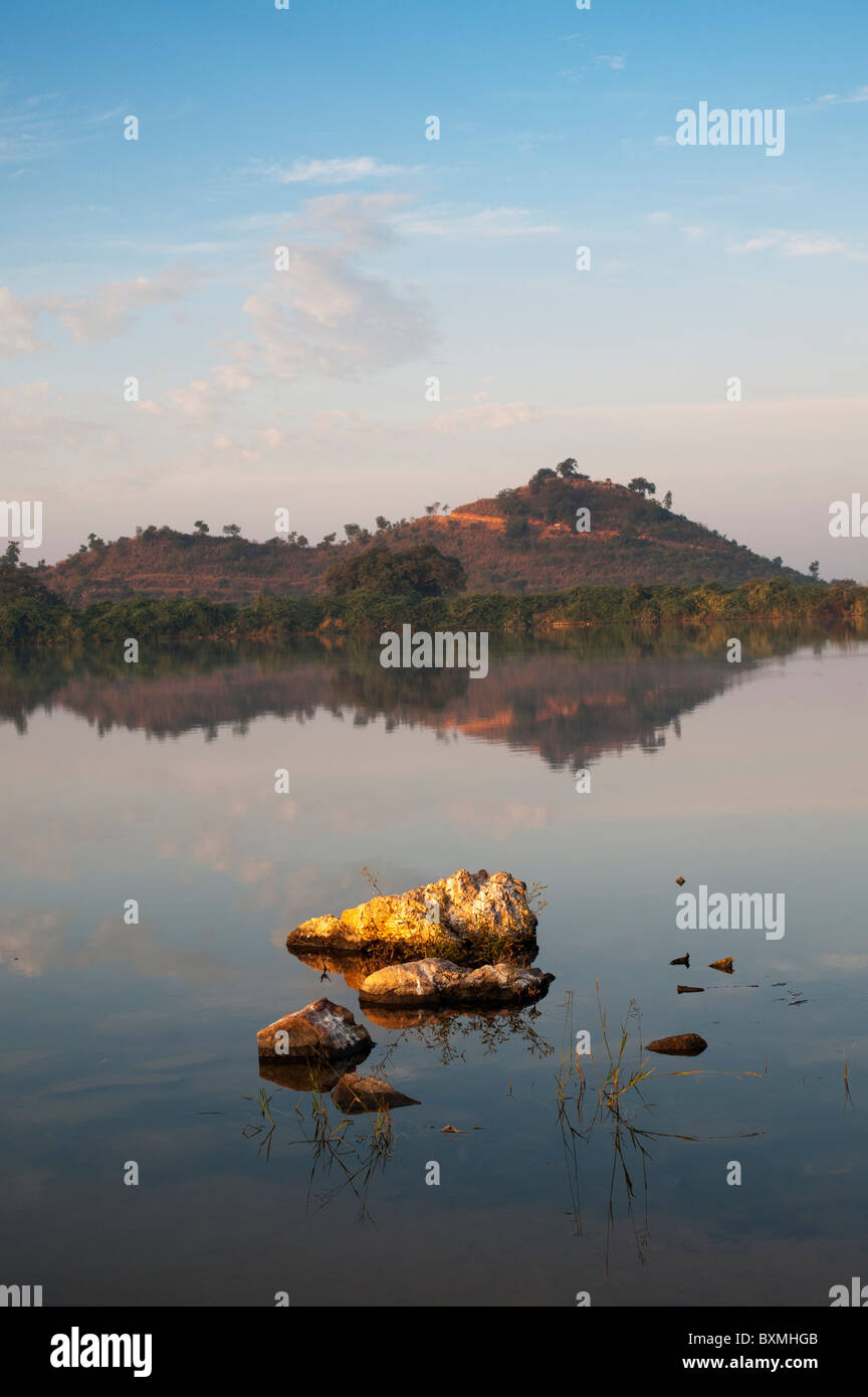 Sole di mattina in un lago indiano. Andhra Pradesh, India Immagini Stock