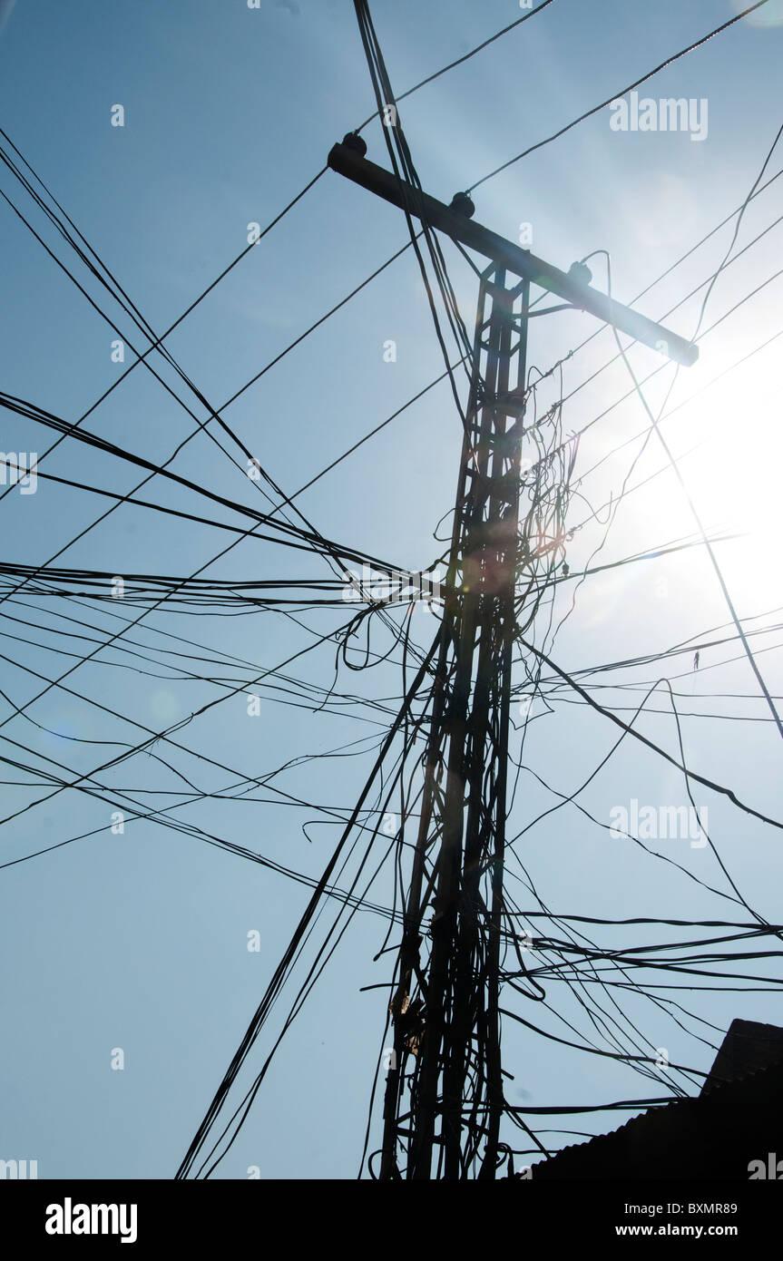Il Pakistan dopo le inondazioni.caotica di alimentazione di energia elettrica. Pilone con una massa di fili. Immagini Stock