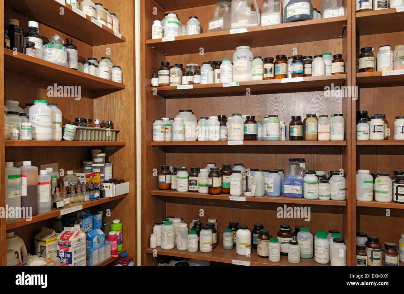 Per lo stoccaggio di sostanze chimiche per una scuola di laboratorio di chimica Immagini Stock
