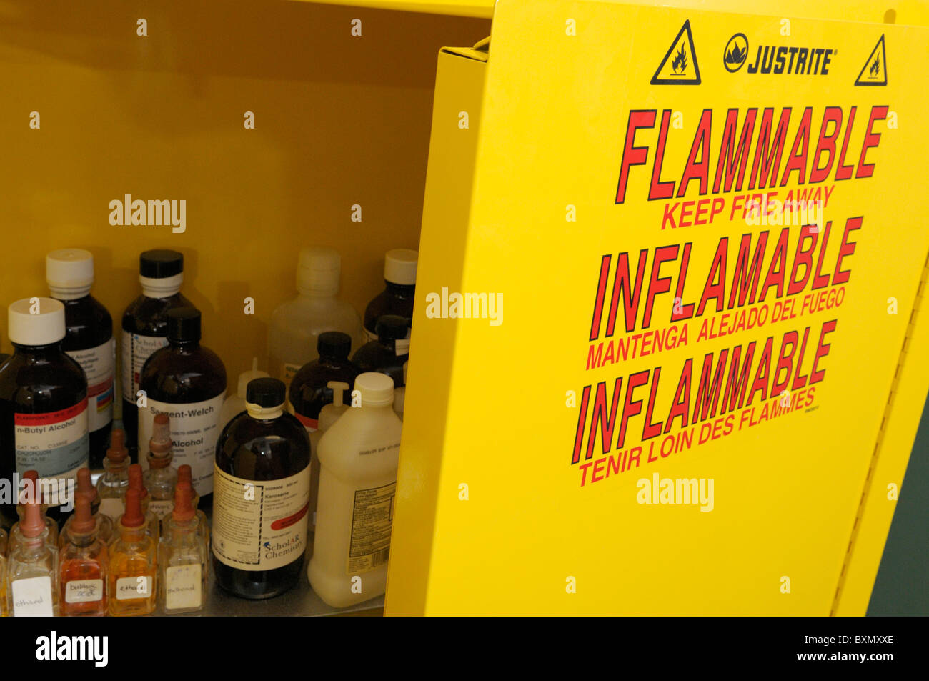 Armadietto per prodotti chimici infiammabili Immagini Stock