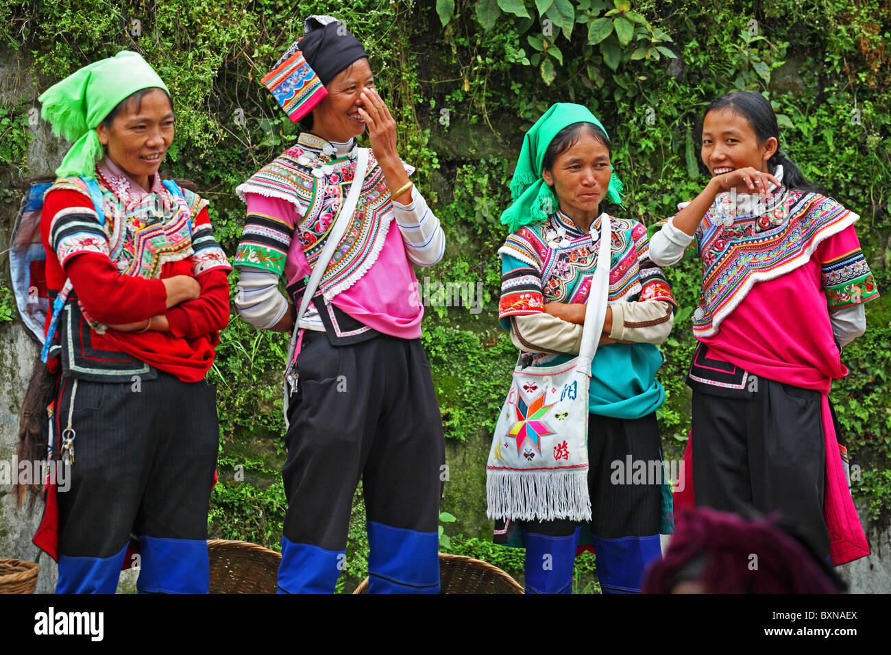 Ridendo Yi donne al mercato, Yuanyang, nella provincia dello Yunnan in Cina Immagini Stock