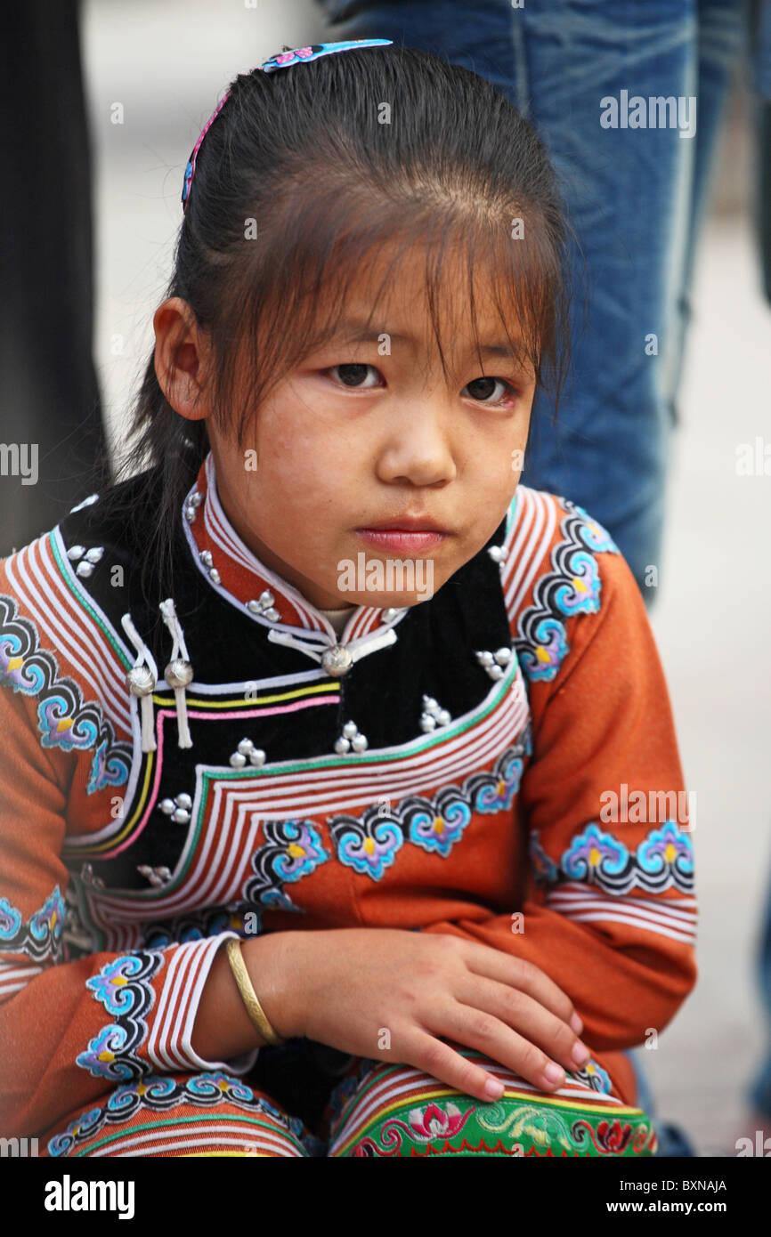 I giovani delle minoranze etniche nel bambino Yuanyang, nella provincia dello Yunnan in Cina Immagini Stock