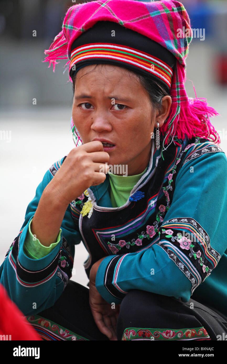 Yi delle minoranze etniche nella femmina Yuanyang, nella provincia dello Yunnan in Cina Immagini Stock