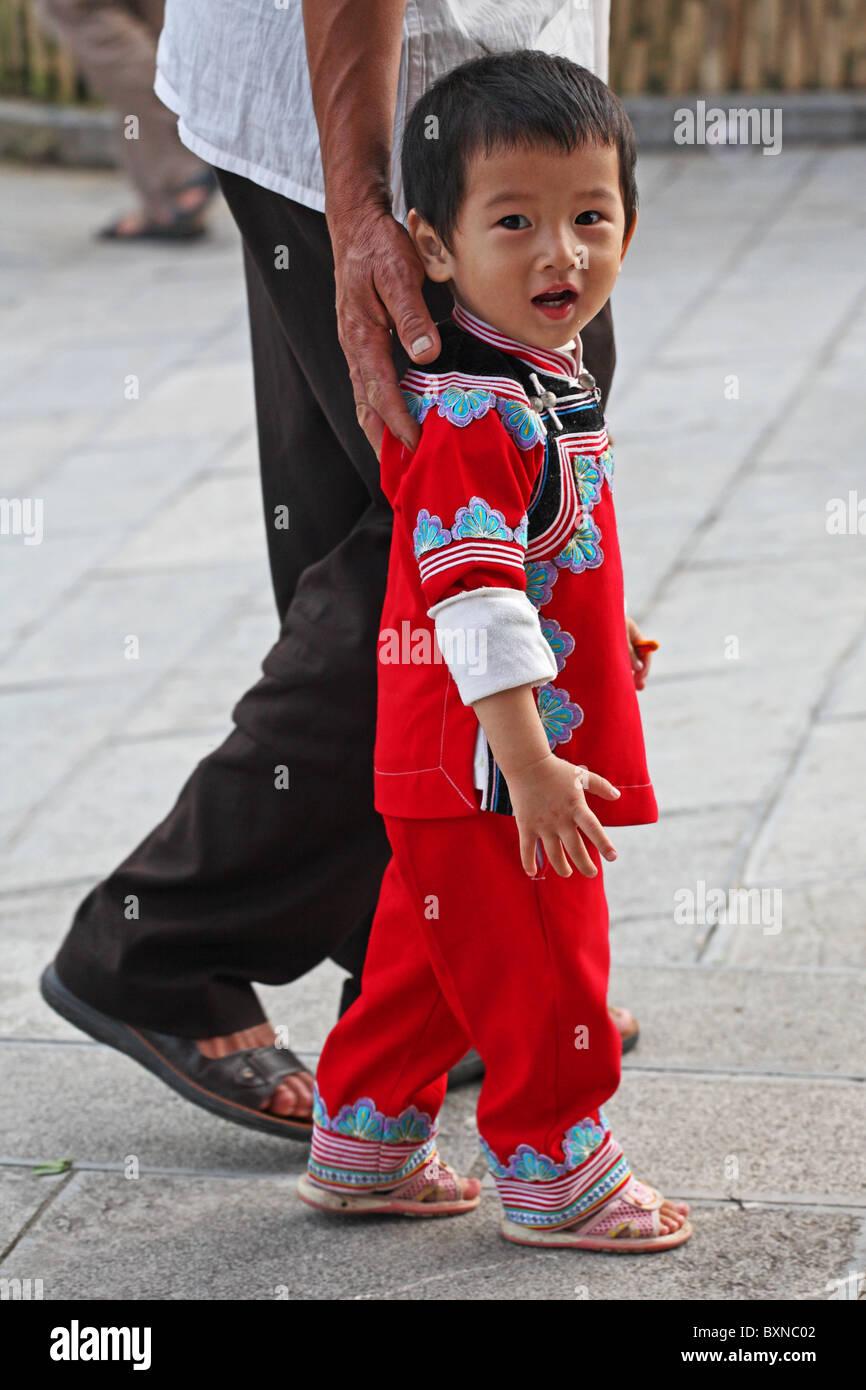 Yi delle minoranze etniche nel bambino Yuanyang, nella provincia dello Yunnan in Cina Immagini Stock
