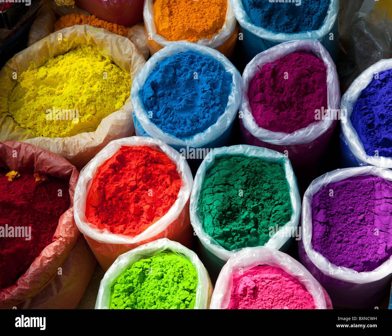 Sacchetti di polvere colorata in un Indiano street market. Andhra Pradesh, India Immagini Stock