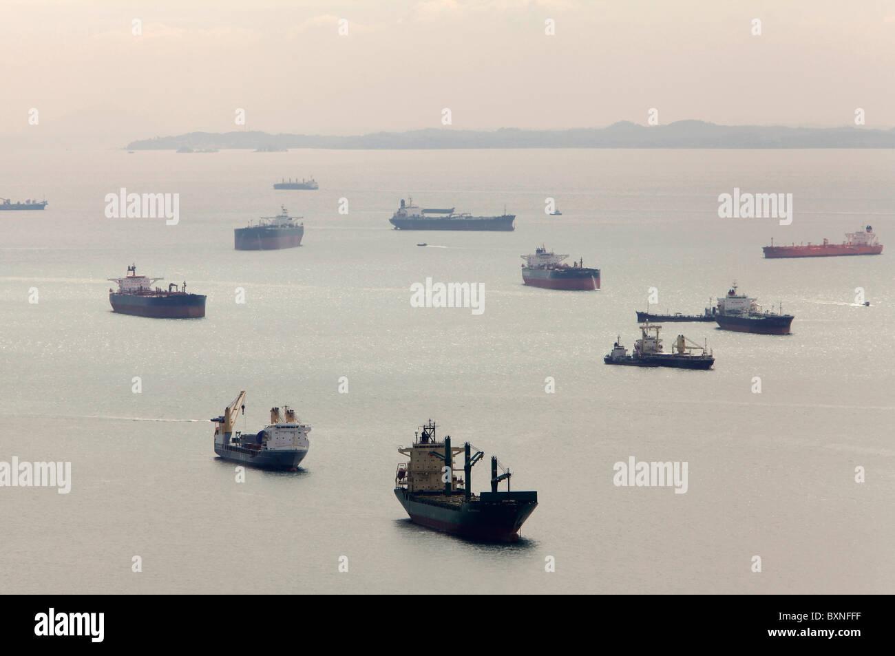 In attesa delle navi al largo del porto di Singapore, in attesa di un dock Immagini Stock
