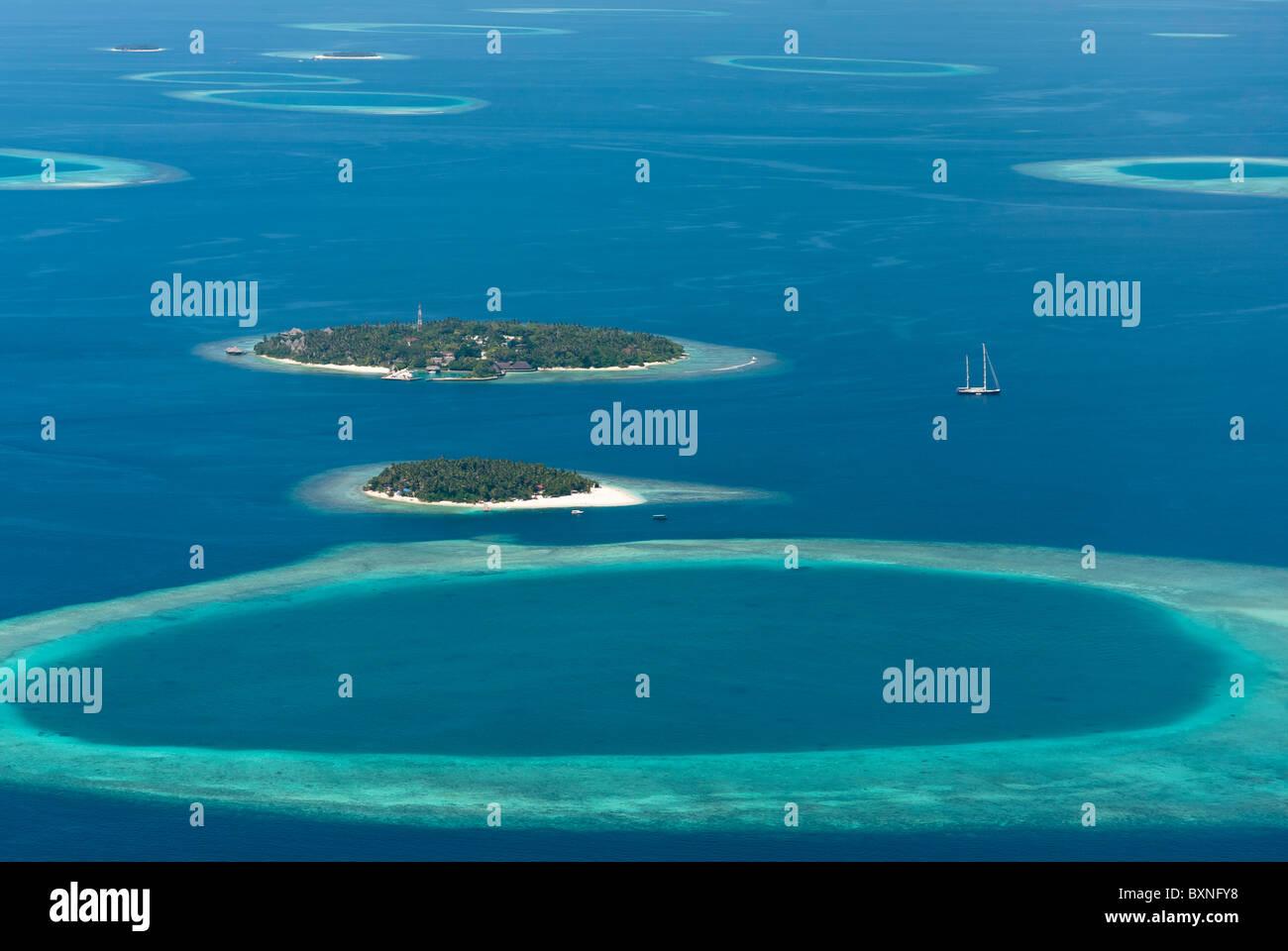 Vista aerea di Bandos Island Resort alle Maldive e che circondano le barriere coralline e le isole. Immagini Stock