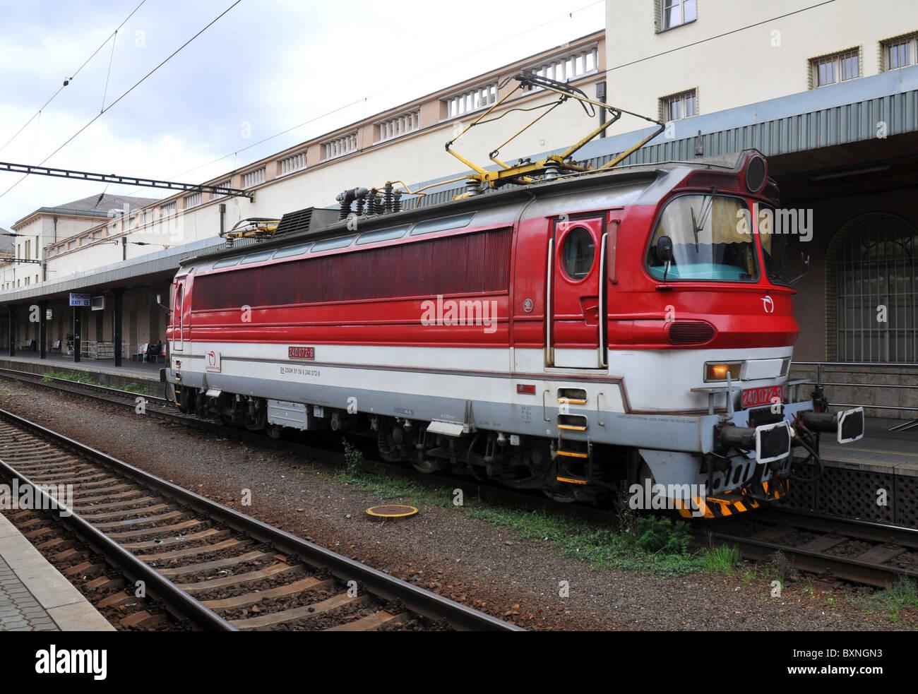Motore ferroviario alla stazione principale di Bratislava, in Slovacchia, in Europa Immagini Stock