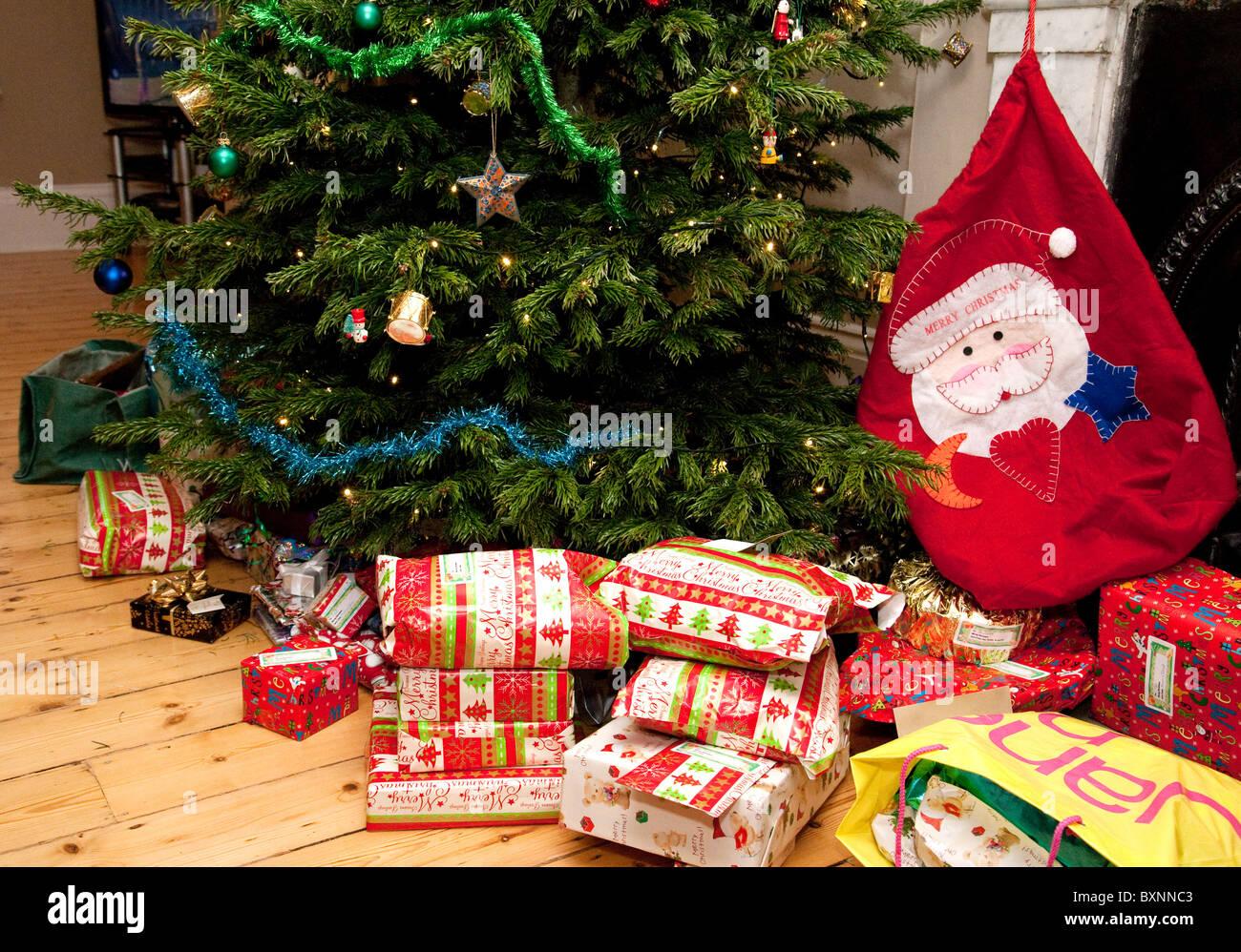 Regali Di Natale Per Casa.I Regali Di Natale E Calza Attorno A Un Albero Di Natale In Una Casa