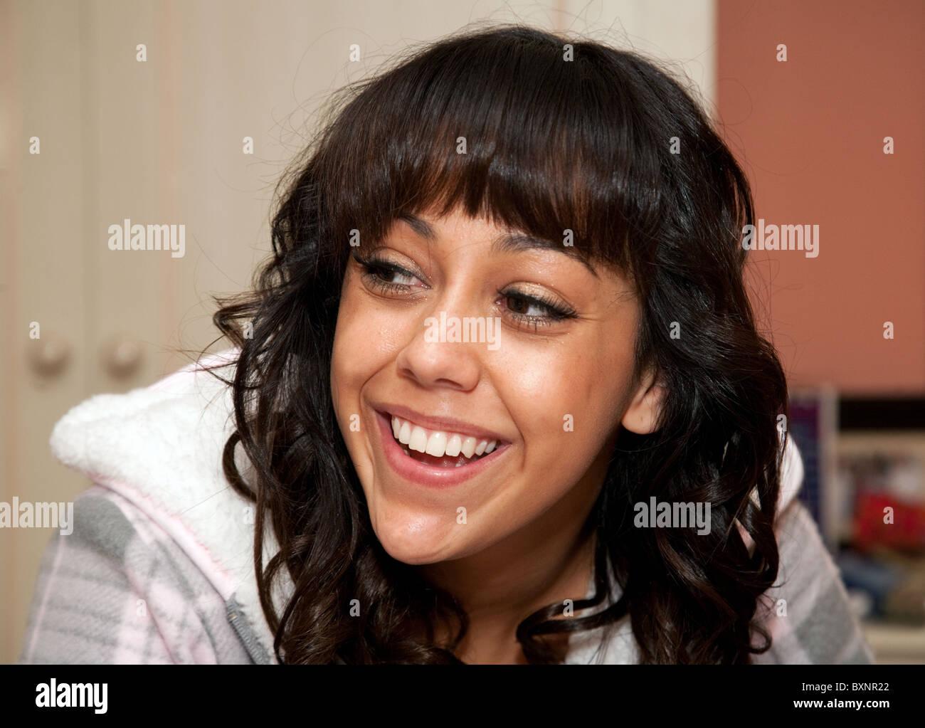 Attraente 18 anno indian ragazza sorridente e guardando verso sinistra Immagini Stock