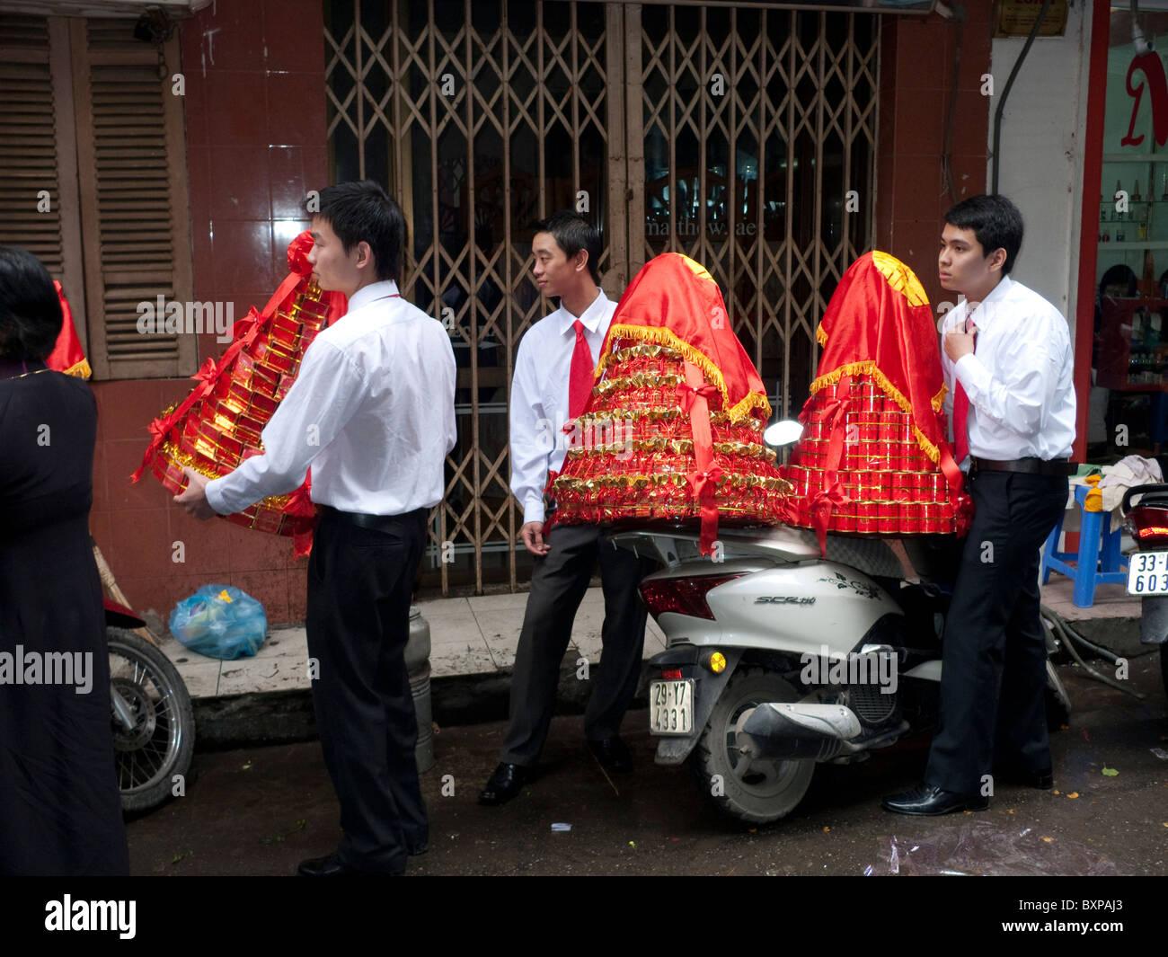 Gli uomini che trasportano le celebrazioni per un matrimonio Immagini Stock