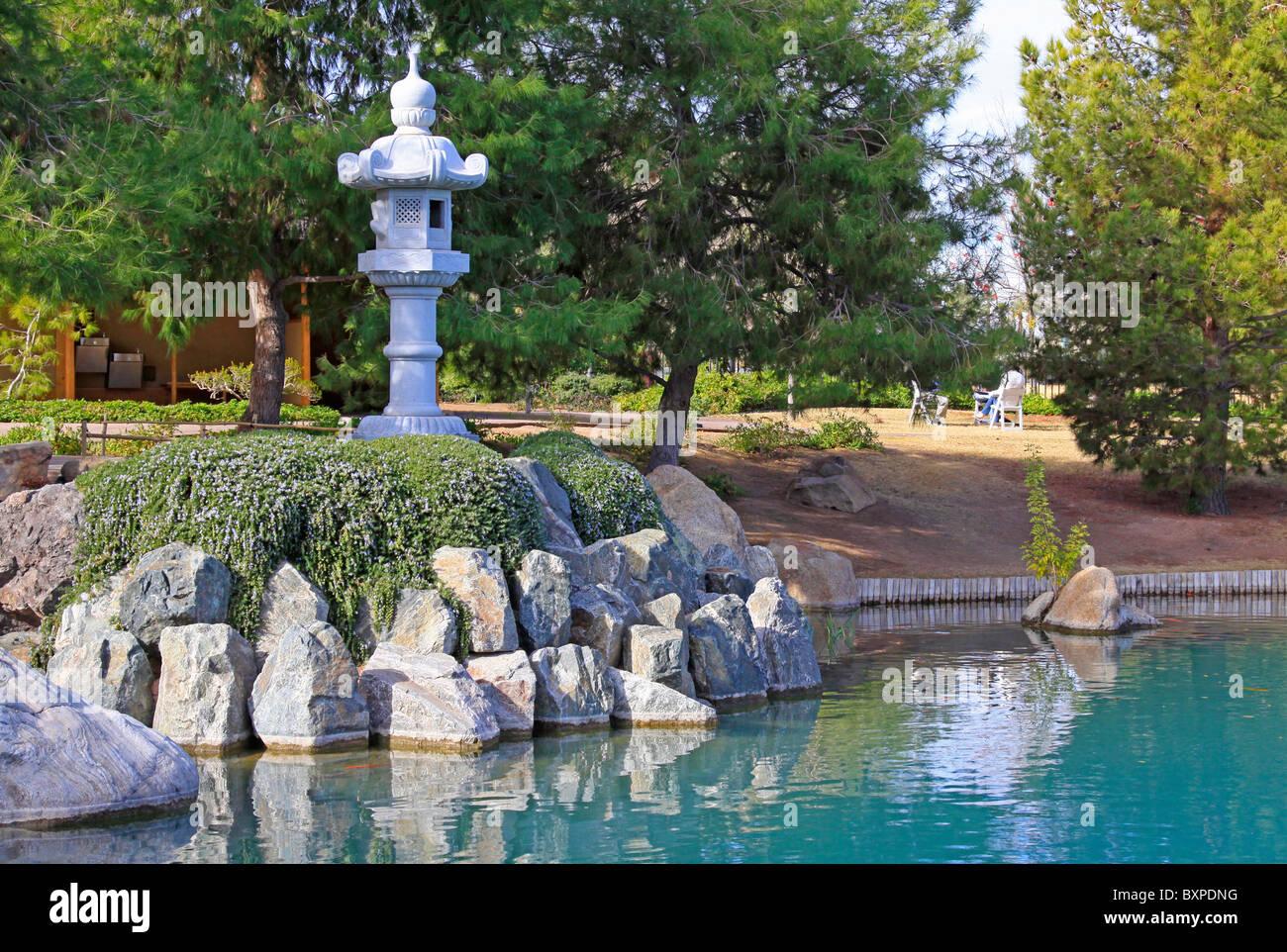 Vasca Giardino Pietra : Kasuga lanterna di pietra abbellisce il boulder litorale di una