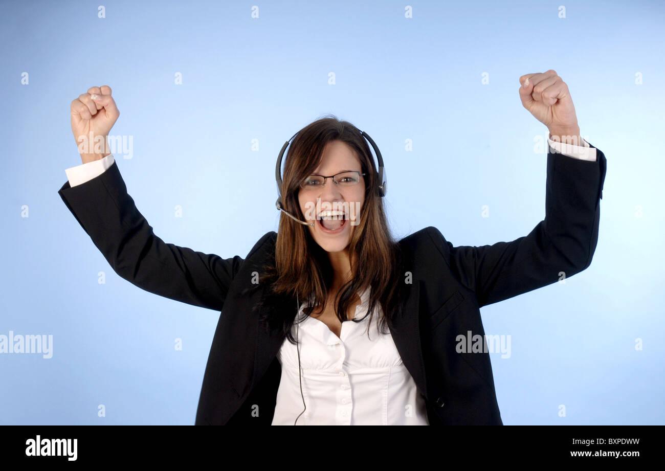 Giovane donna al telefono con un auricolare Immagini Stock