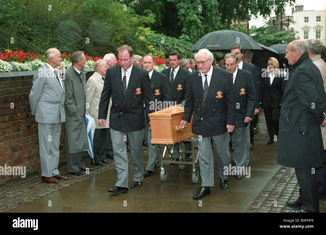 Il funerale del calcio inglese leggenda Billy Wright alla chiesa di St Peters a Wolverhampton. Sir Jack Hayward Immagini Stock