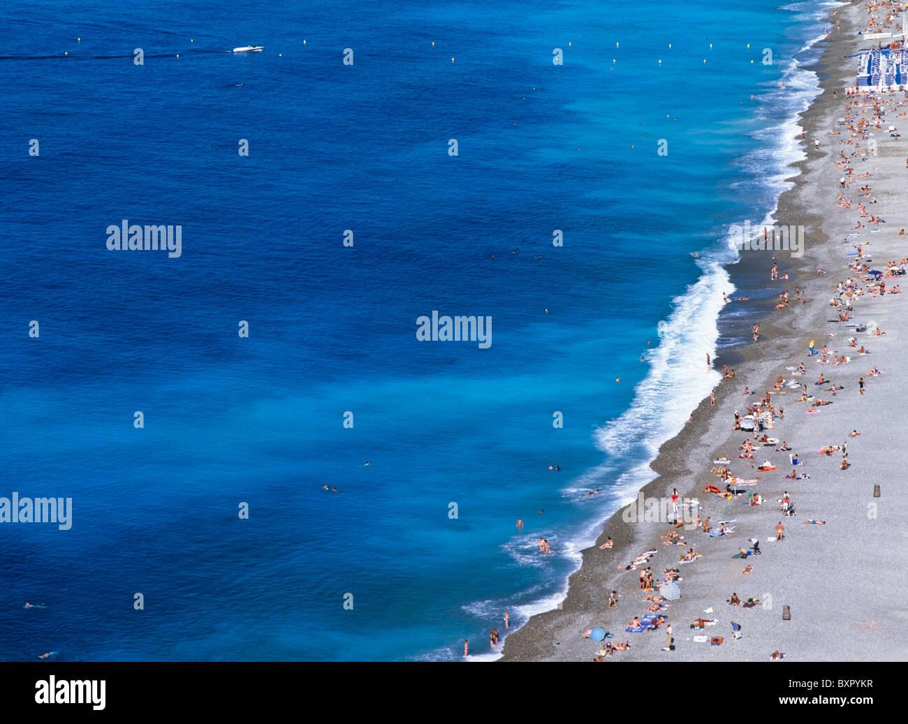 La gente sulla spiaggia, vista aerea Immagini Stock