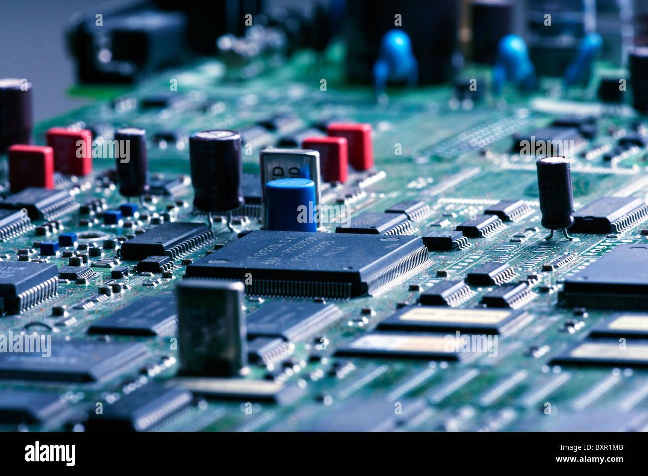 Scheda a circuito stampato che mostra i vari componenti elettronici Immagini Stock