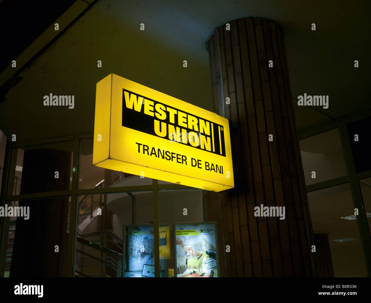 Western Union firmare al di fuori di una banca in Romania Immagini Stock