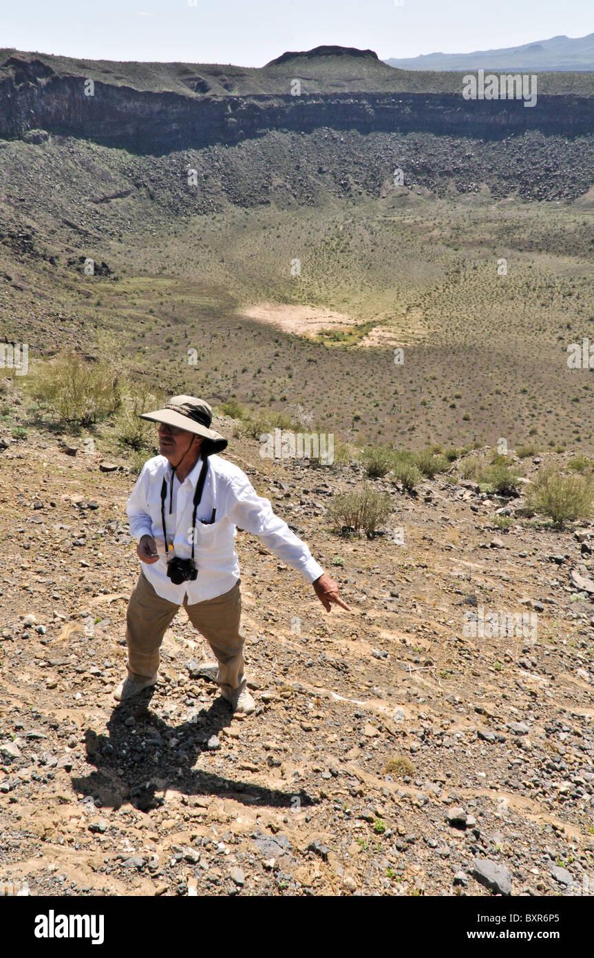 Geologo sottolineando funzione sul cratere elegante, un maar cratere, El Pinacate Riserva della Biosfera area vulcanica, Immagini Stock