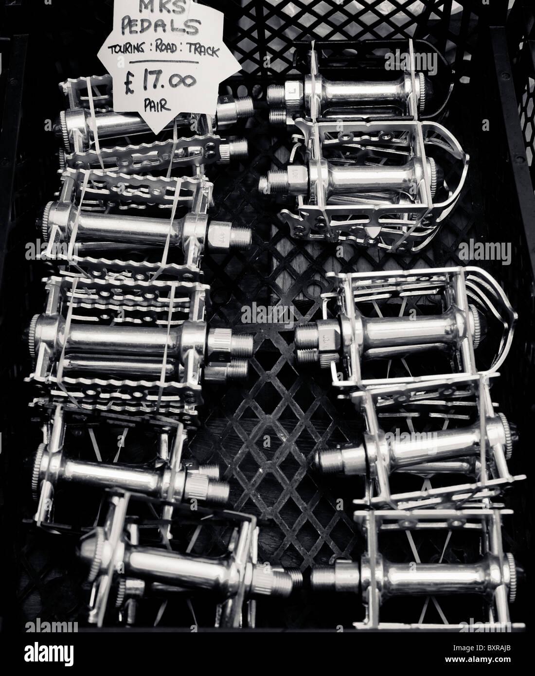 Una collezione di pedali in un guazzabuglio del ciclo di vendita Immagini Stock