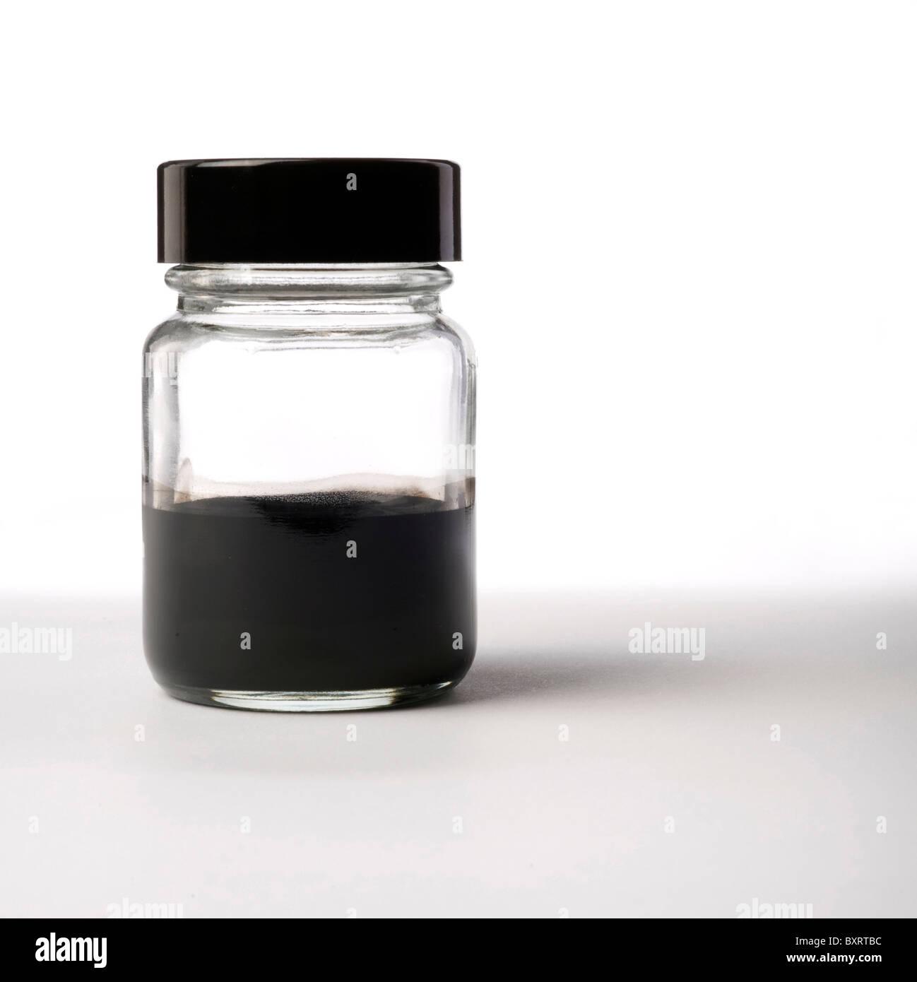 Bottiglia di inchiostro su sfondo bianco Immagini Stock