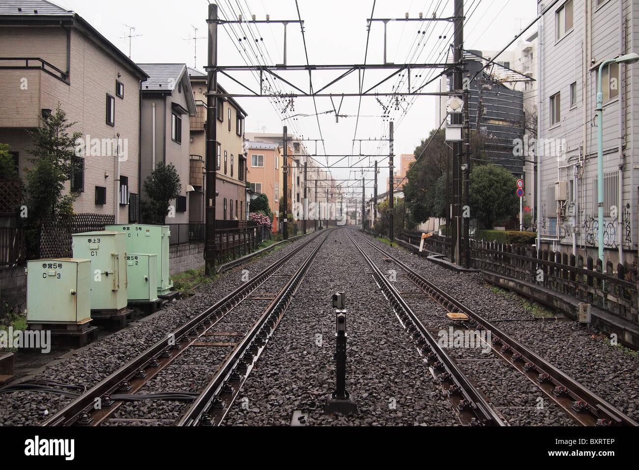 I binari ferroviari attraverso una zona residenziale a Tokyo Giappone Immagini Stock