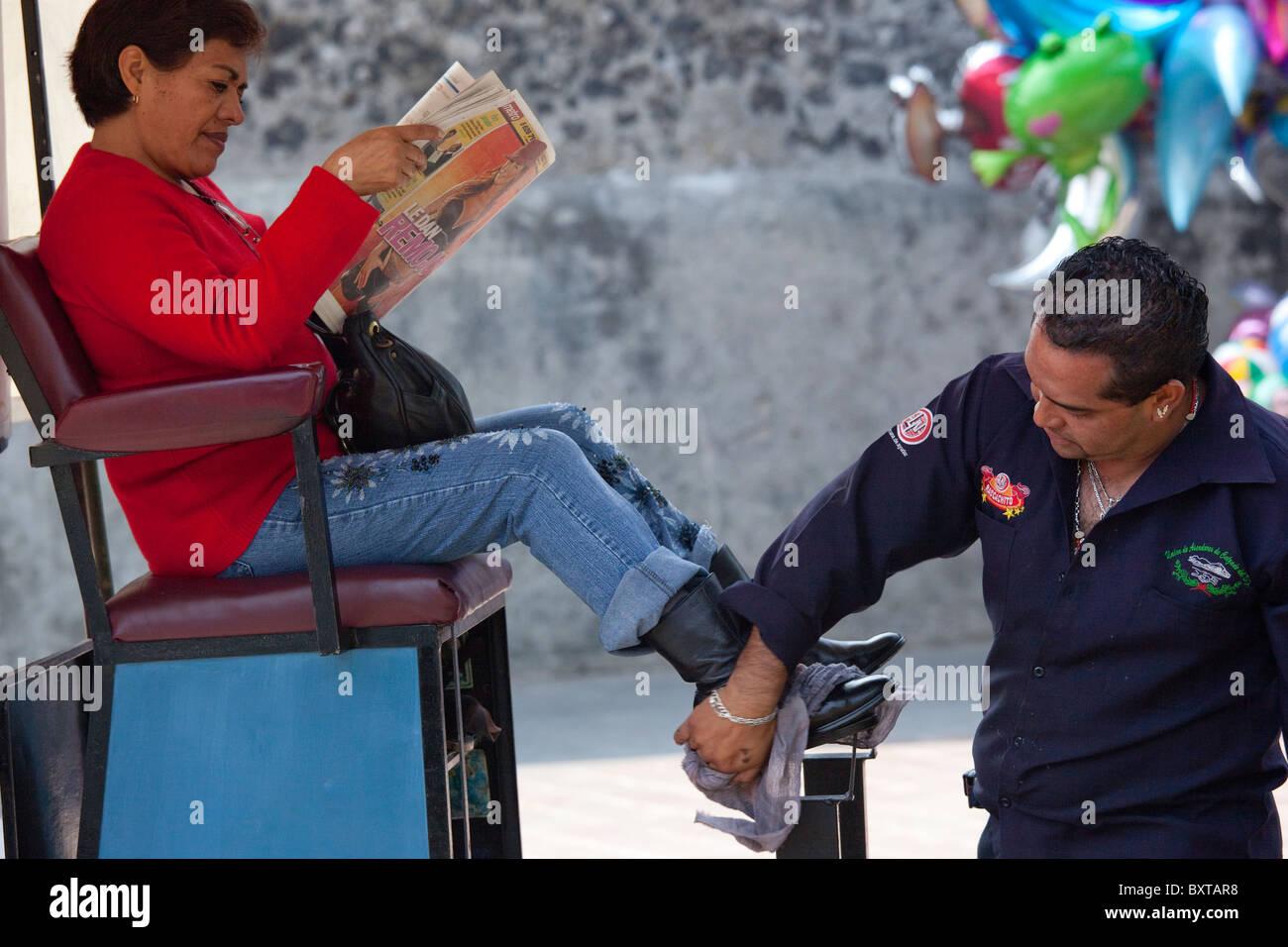Il servizio di pulizia scarpe in Hidalgo Plaza di Venustiano Carranza in Città del Messico Immagini Stock