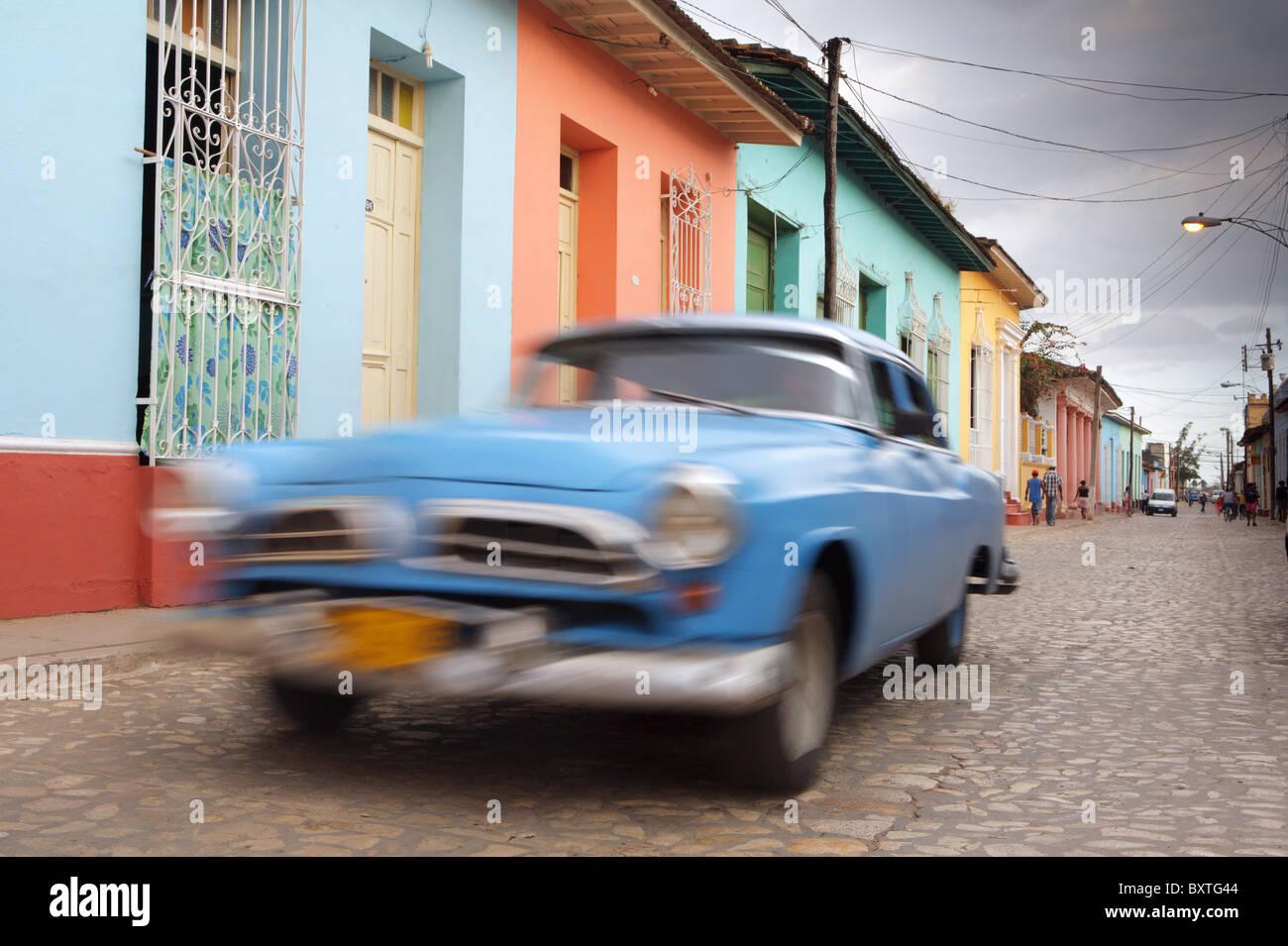 TRINIDAD: CLASSIC CAR sulla colorata COLONIAL STREET Immagini Stock