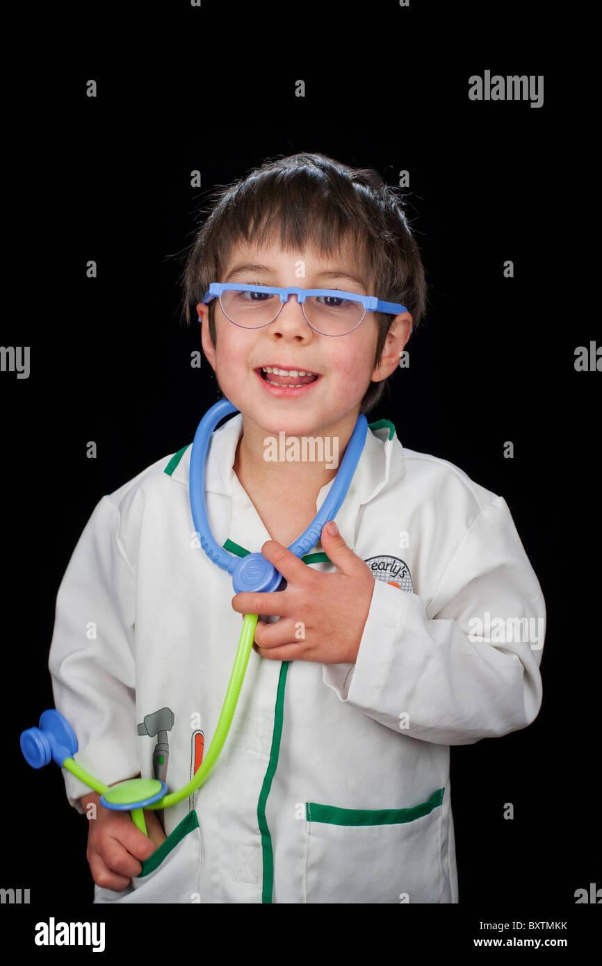 Ritratto di 4 anno vecchio ragazzo vestito come un medico Immagini Stock