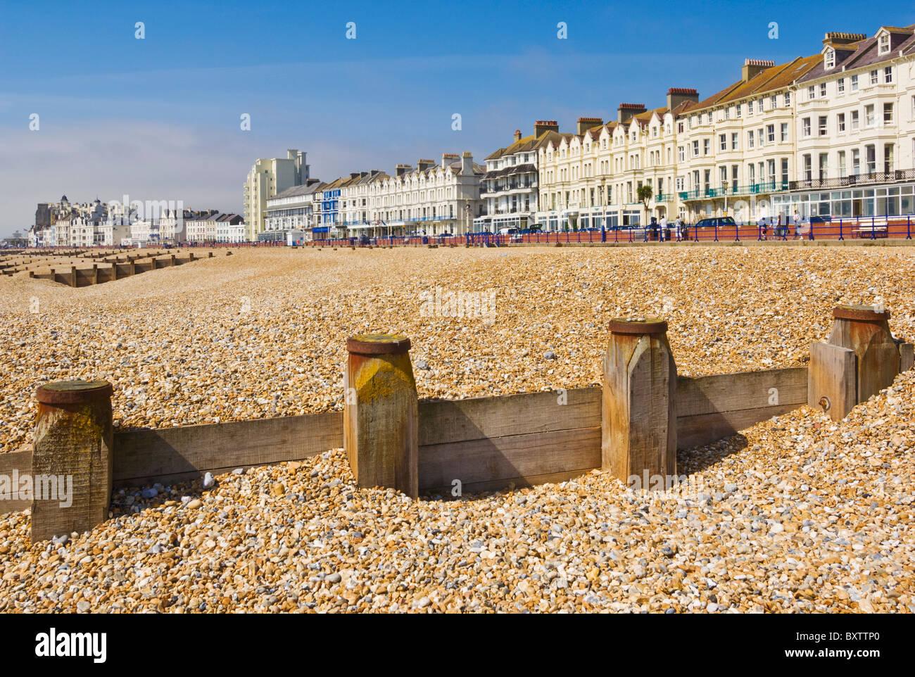Spiaggia ghiaiosa e pennelli, hotel sul lungomare, Eastbourne, East Sussex, Inghilterra, GB, Regno Unito e Unione Immagini Stock