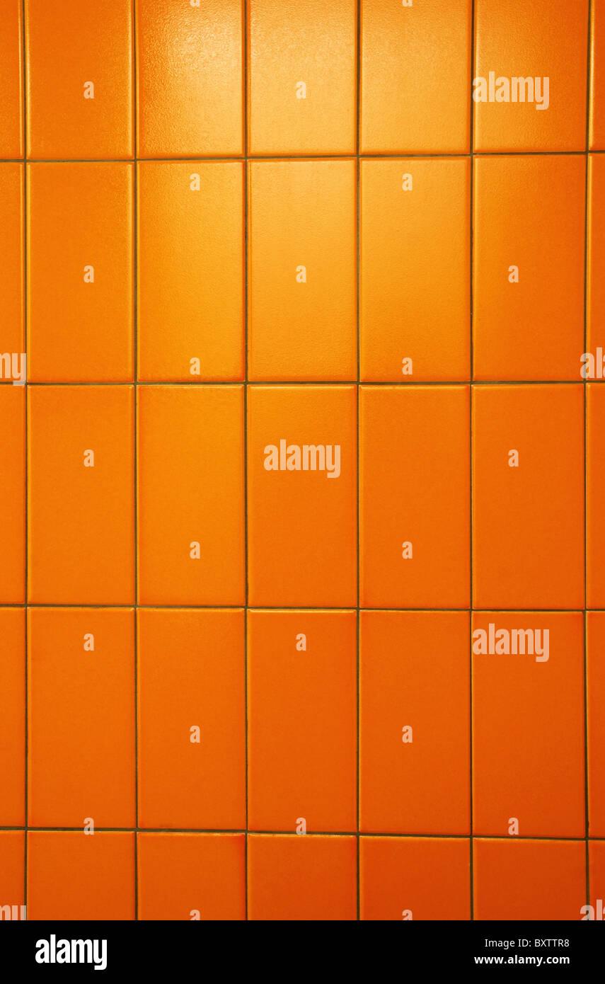 Orange piastrelle di un bagno pubblico parete. Colori eccezionali e ...